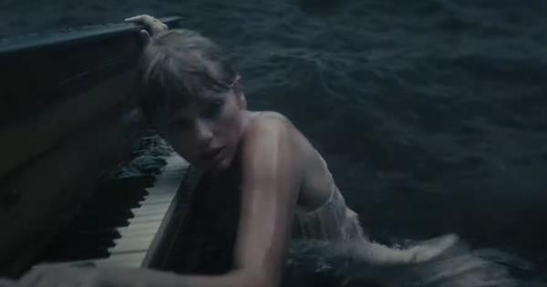 """Taylor Swift ôm đàn trôi lênh đênh giữa đại dương trong MV """"cardigan"""""""